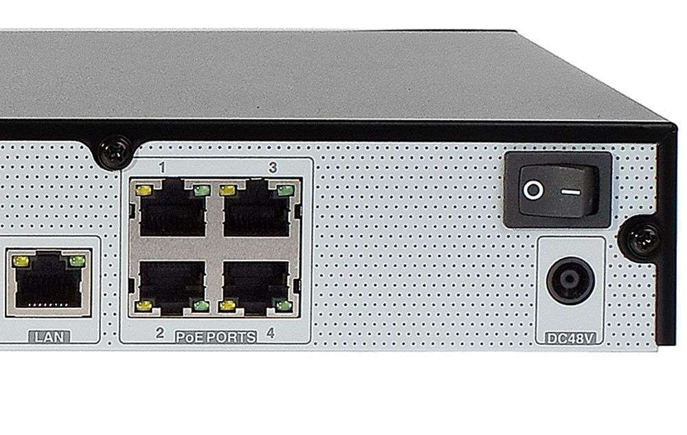 wbudowany switch 4 portowy PoE+ 4x RJ45 (IEEE 802.3at),